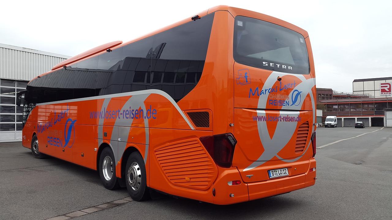 Bussen transporterer mennesker